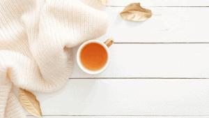 Taza de té en escena acogedora