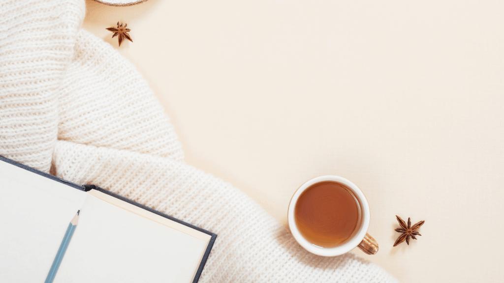 Mesa acogedora con té y libreta