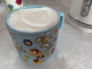 Espuma de leche hecha con máquina de hacer espuma