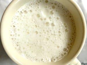 Espuma de leche hecha agitando un tarro