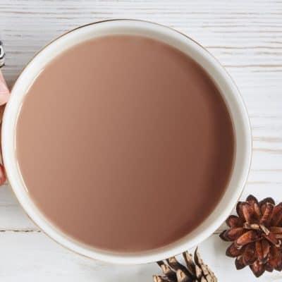 Taza con bebida de cacao saludable