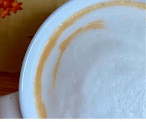 Latte de calabaza decorada con espuma de leche