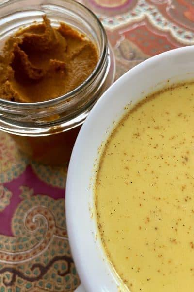 Pasta dorada con taza de leche dorada