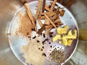 Especias para chai en una cacerola