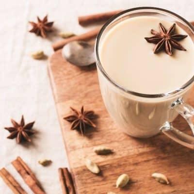 Taza de chai con especias
