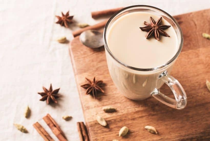 Taza de chai latte con especias de decoración