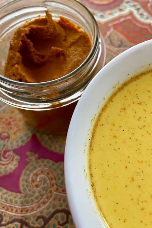 Taza de leche dorada hecha con pasta dorada casera