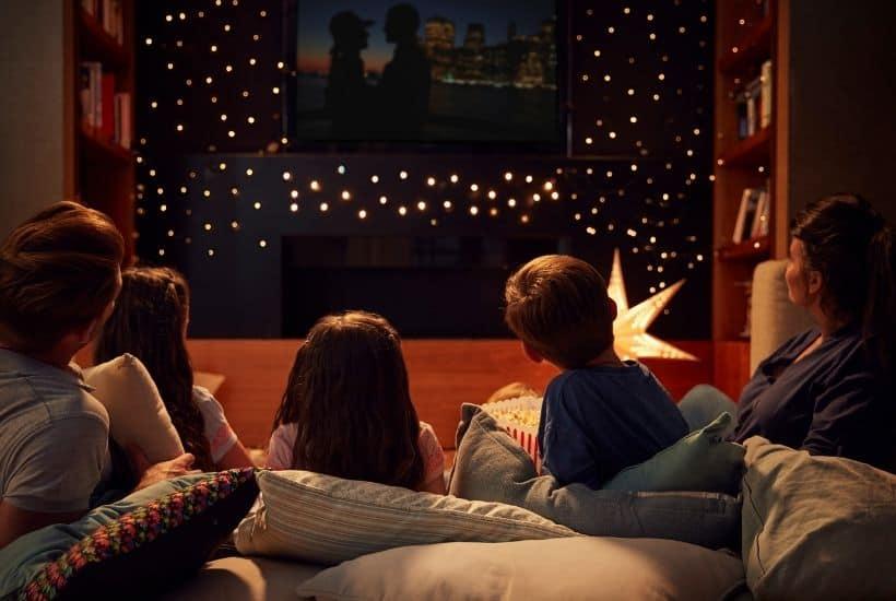 Familia viendo una película juntos