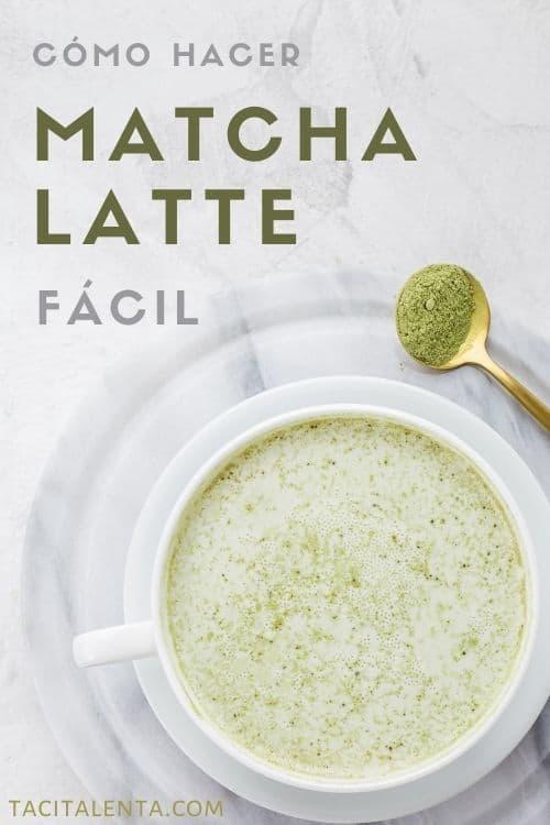 Taza com matcha latte casero y una cucharita con polvo de té verde japonés matcha