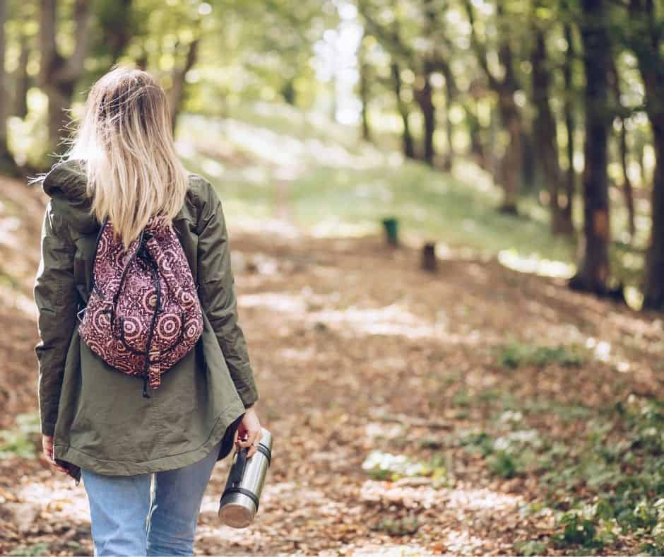 Mujer paseando por la naturaleza