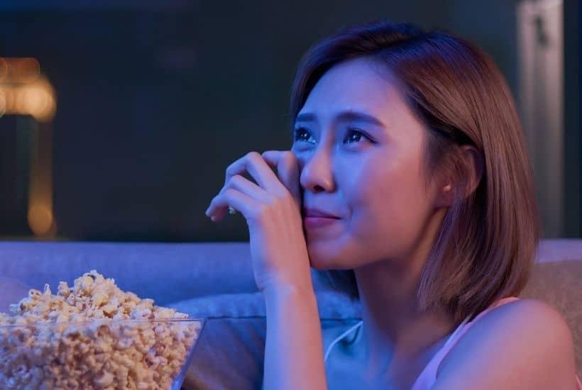 Mujer emocionada viendo una película