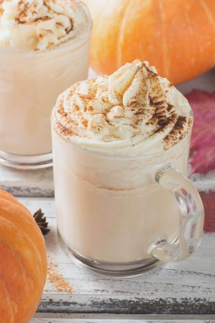 Tazas con pumpkin spice latte y calabazas